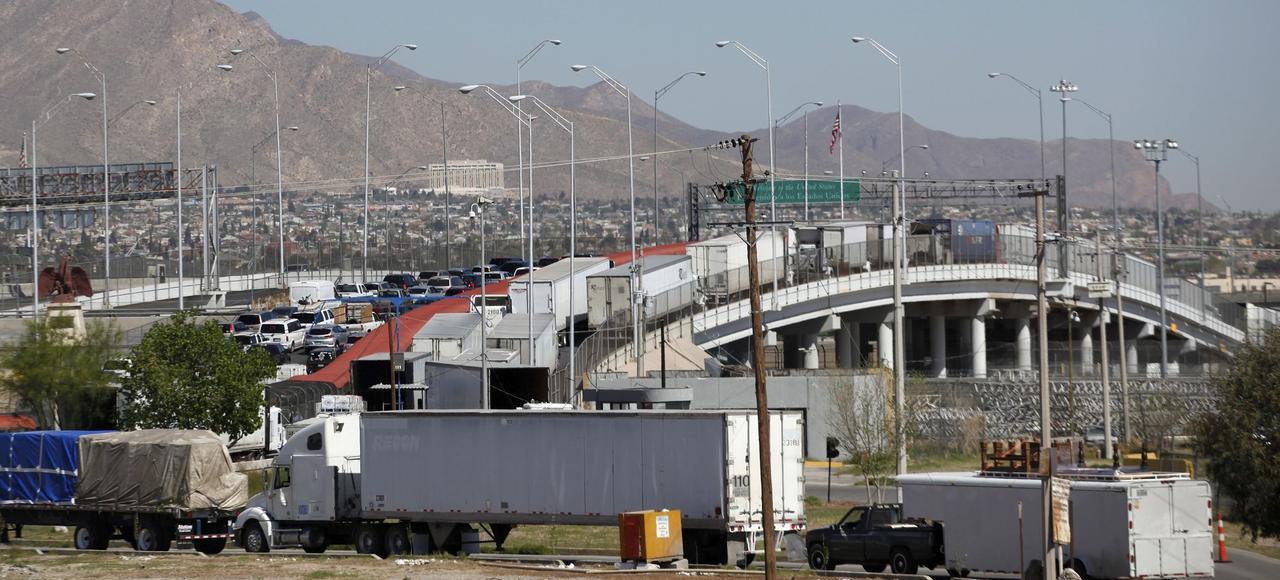 À la frontière avec le Mexique, le pont de Tornillo-Guadalupe à El Paso (Texas) est un symbole de l'intensite des échanges commerciaux entre les deux pays.