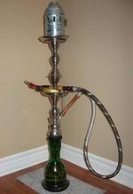 Un narguilé ou une chicha est une sorte de pipe à eau pour fumer le tabac.