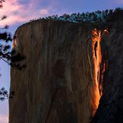 Une cascade de lave illumine les montagnes de Californie