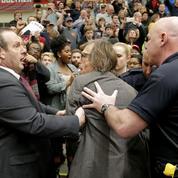 Violente altercation avec un photographe lors d'un meeting de Trump