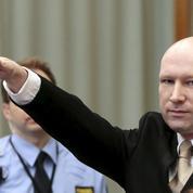 Breivik fait le salut nazi à son arrivée au procès contre l'État norvégien