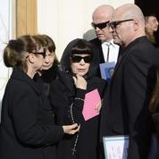 De nombreux fans soutiennent Mireille Mathieu aux obsèques de sa mère