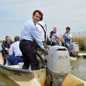 Sur fond de crise sociale, Emmanuel Macron accélère sa campagne