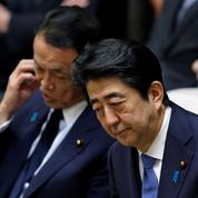 Abe reporte l'impopulaire hausse de TVA au Japon