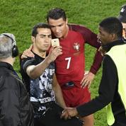 Quand Cristiano Ronaldo repousse des stadiers pour prendre un selfie avec un supporter