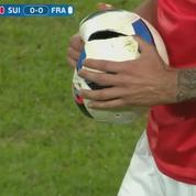 Suisse-France : quand les joueurs crèvent le ballon