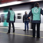 Bloqués, les usagers du métro parisien rejoignent la station suivante sur les voies