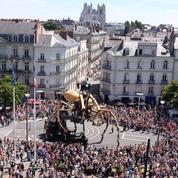 L'araignée géante Kumo se promène dans les rues de Nantes