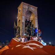 Dans les rues, des milliers de Turcs dénoncent la tentative de putsch