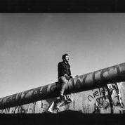 L'Allemand à califourchon sur le mur de Berlin