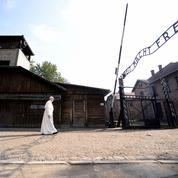 Le pape François se recueille dans le camp d'Auschwitz