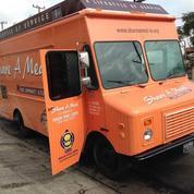 À Los Angeles, un food truck distribue des repas aux sans-abris