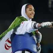 L'Iran porte en triomphe la première médaillée olympique de son histoire
