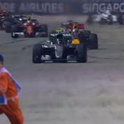 Un commissaire évite Nico Rosberg de justesse pendant le Grand Prix de Singapour