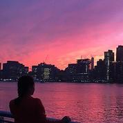 Le ciel de New York devient violet lors d'un coucher de soleil