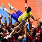 Pour ses adieux, un joueur de futsal brésilien porté en triomphe par ses adversaires