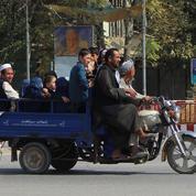 Civils et forces gouvernementales afghanes fuient Kunduz