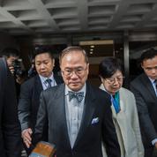 Hong Kong : l'ex-chef du gouvernement jugé pour corruption