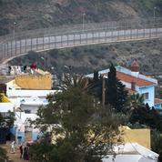 Près de 300 migrants franchissent la frontière de Ceuta