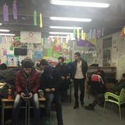 À Belgrade, découvrez le centre d'aide aux migrants de Miksaliste, où transitent 400 personnes par jour