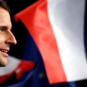Submergé par les socialistes, Macron lorgne la droite