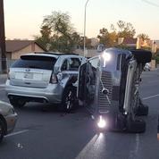 Une voiture Uber autonome se renverse sur le flanc