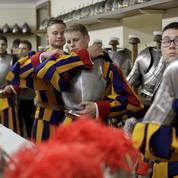 Les gardes suisses, stoïques soldats du pape, prêtent serment