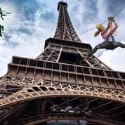 Une tyrolienne sur la tour Eiffel pendant le tournoi de Roland Garros