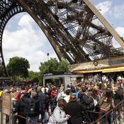 L'art de retenir les visiteurs de la tour Eiffel pour les faire dépenser plus