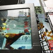 Climat : des artistes s'immergent dans un aquarium géant à Times Square, à New York