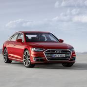 Audi A8, elle se met à la place du conducteur et masse les pieds
