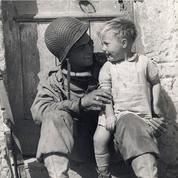 Le petit garçon de 1944, sur les genoux du soldat américain, identifié
