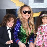 Mariah Carey chante avec ses jumeaux lors d'un concert