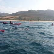 Des membres d'Emmaüsen kayak et à la nage dans le détroit de Gibraltar pour les migrants