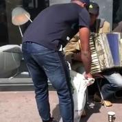 Patrice Evra distribue de la nourriture aux SDF de Marseille