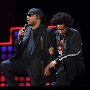 Stevie Wonder, Pharrell Williams, Roger Waters mettent un genou à terre contre Trump