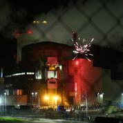 Des militants de Greenpeace tirent un feu d'artifice dans une centrale nucléaire