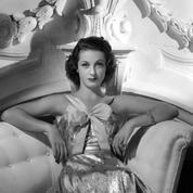 Danielle Darrieux, jeune actrice, évoque sa passion pour les robes en 1936
