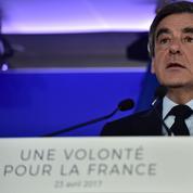 Fillon charge l'autoritarisme de Macron et sa «débauche de com'»