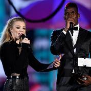 Paul Pogba remet un prix aux MTV Europe Music Awards