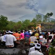 À Bali, l'aéroport reste fermé en raison de l'éruption du mont Agung