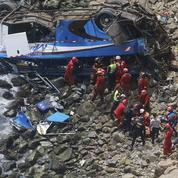 Pérou : un car chute d'une falaise, au moins 25 morts