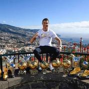 Cristiano Ronaldo pose fièrement avec ses trophées individuels