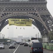 Des militants de Greenpeace jugés après une action anti-FN sur la Tour Eiffel