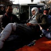 Les Afghans pris dans l'escalade militaire des talibans