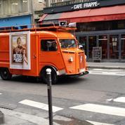Jean Dujardin et Mélanie Laurent sillonnent Paris en camionnette pour la sortie du Retour du héros