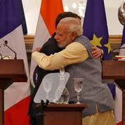 Emmanuel Macron se jette à corps perdu dans la «diplomatie des câlins»