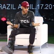 Neymar retouche le ballon… en béquilles