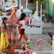 À Saint-Barth, Laeticia invite les fans à se recueillir avec elle sur la tombe de Johnny