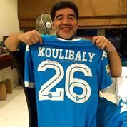 Maradona fête le succès de Naples en brandissant le maillot de Koulibaly